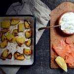 Prymitywny trochę, jeden z ulubionych obiadów – pieczony ziemniak, śmietana, łosoś wędzony