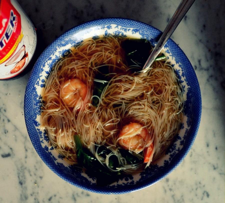 Lekka zupa z makaronem z brązowego ryżu, krewetkami i szpinakiem
