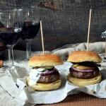 Domowe burgery w maślanych mini bułkach z sosem limonkowym