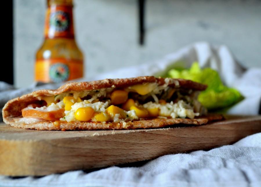 Flatbread z wędzonym kurczakiem i sałatką z kalafiora