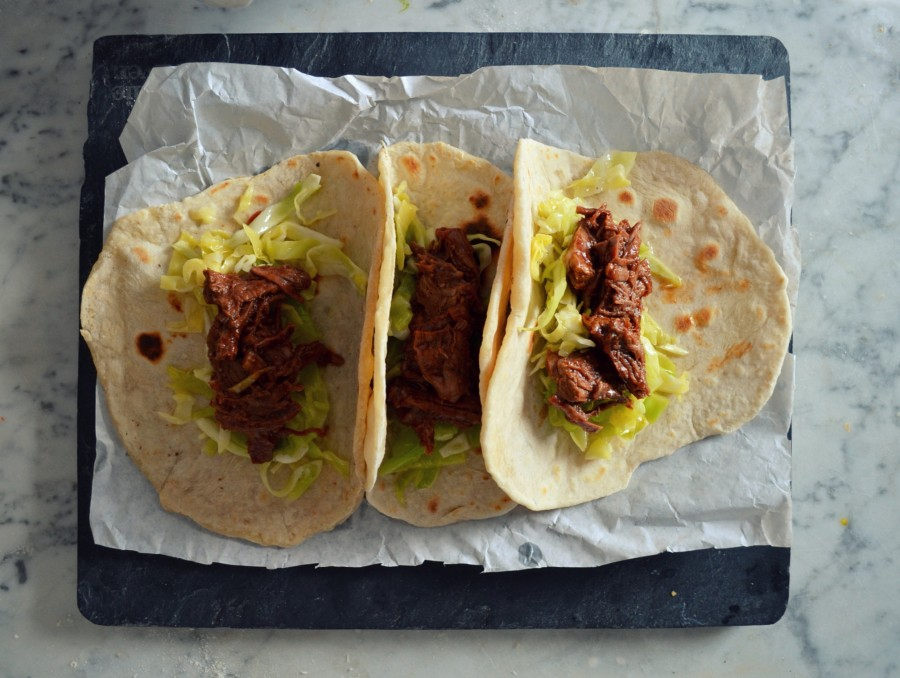 Sałatka z kapusty, mięso bbq i taco