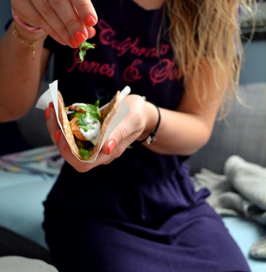 Razowe taco z krewetkami i awokado