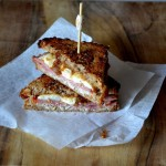 Zgrzana kanapka z pastrami, mozzarellą i figami