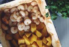 Koreczki z krewetek i mango