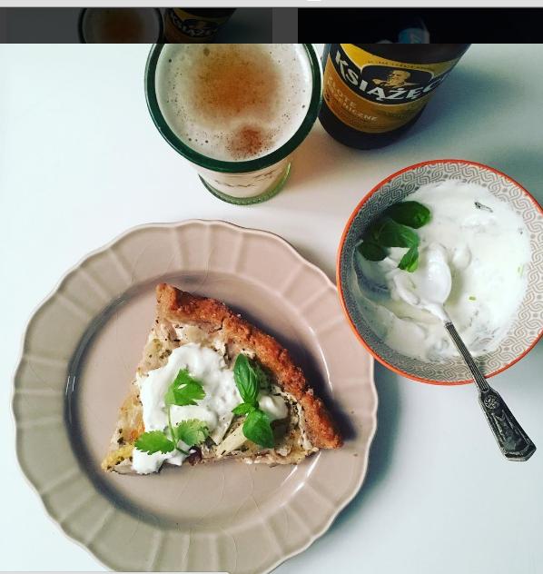 pizza bianca na ciescie pełnoziarnistym