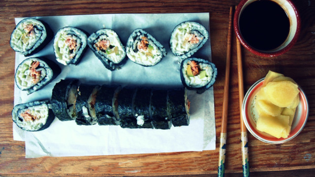 Sushi surowe i grillowane - video